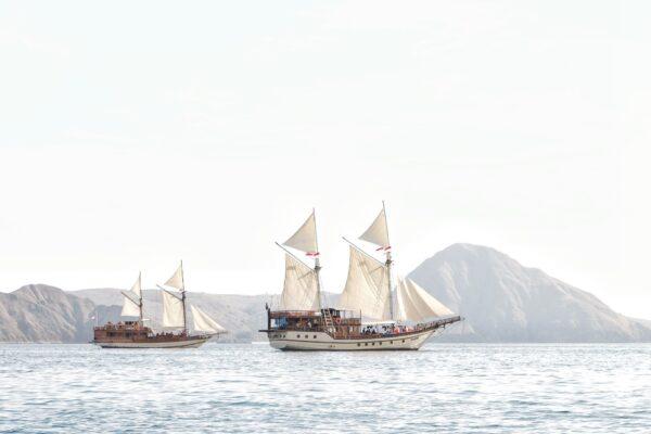 Sewa Phinisi Labuan Bajo, rental phinisi komodo, komodo boat charter, speedboat labuan bajo, harga sewa phinisi, private trip phinisi, sewa kapal komodo, yacht labuan bajo, komodo boat tours.