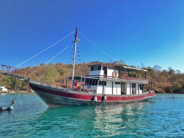 Sewa kapal harian labuan bajo, sewa kapal open deck komodo, labuan bajo sailing trip 2019, labuan bajo penginapan kapal, kapal semi phinisi labuan bajo