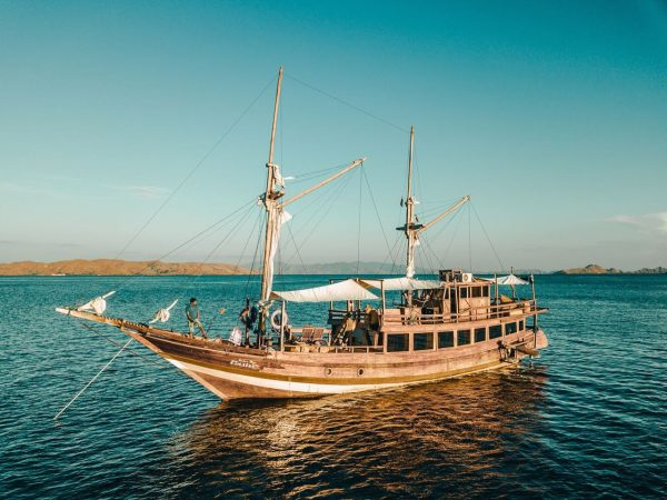 klm raden mas einstein komodo, labuan bajo boat charter, einstein phinisi, raden mas phinisi, phinisi boat komodo, bajo rental.