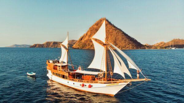 Phinisi boat charter komodo, komodo phinisi charter, phinisi rental labuan bajo, phinisi liveaboard, alfathran liveaboard, sewa phinisi komodo, komodo phinisi tour, padar trip.