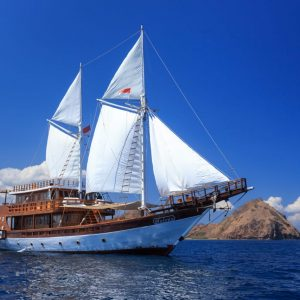 Phinisi liveaboard helena, luxury boat komodo, flores boat charter, komodo boat tours, komodo yacht charter, bajo rental, klm helena