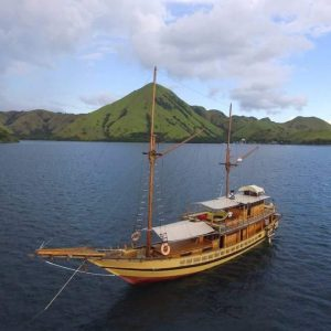 Luxury phinisi labuan bajo, luxury sailing indonesia, luxury liveaboard komodo, yacht labuan bajo, komodo cruise, phinisi boat komodo pricelist, budget liveaboard flores