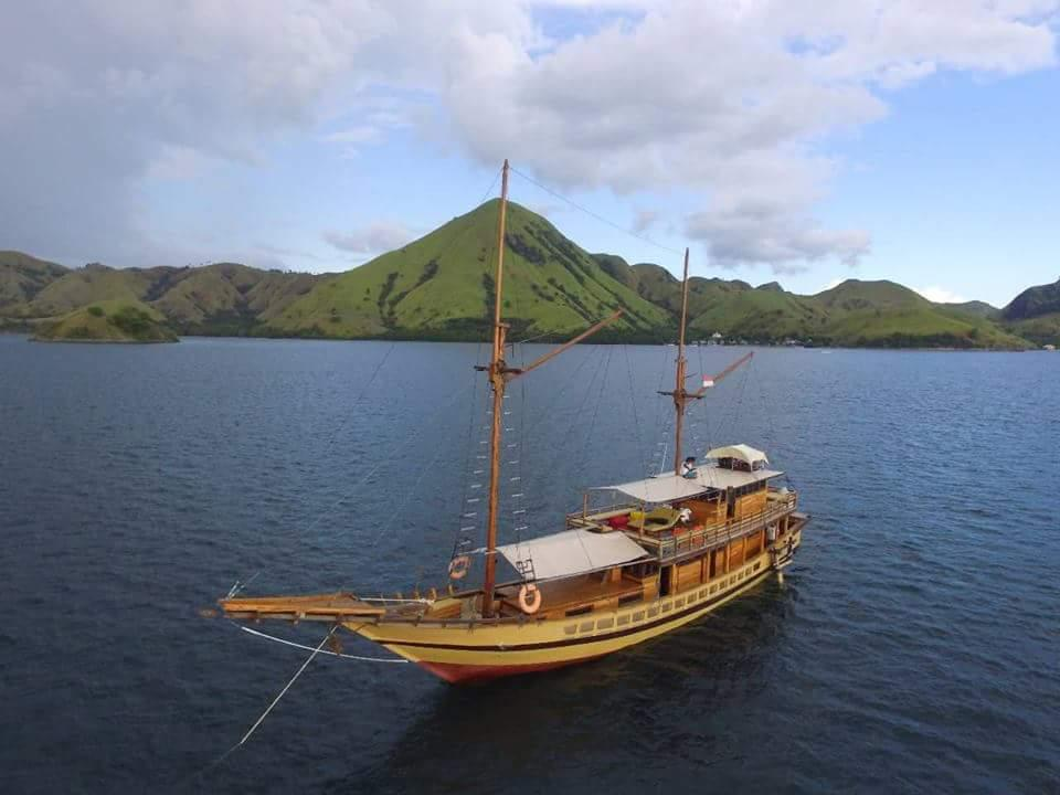 Luxury phinisi labuan bajo, luxury sailing indonesia, luxury liveaboard komodo, yacht labuan bajo, komodo cruise, phinisi boat komodo pricelist, budget liveaboard flores