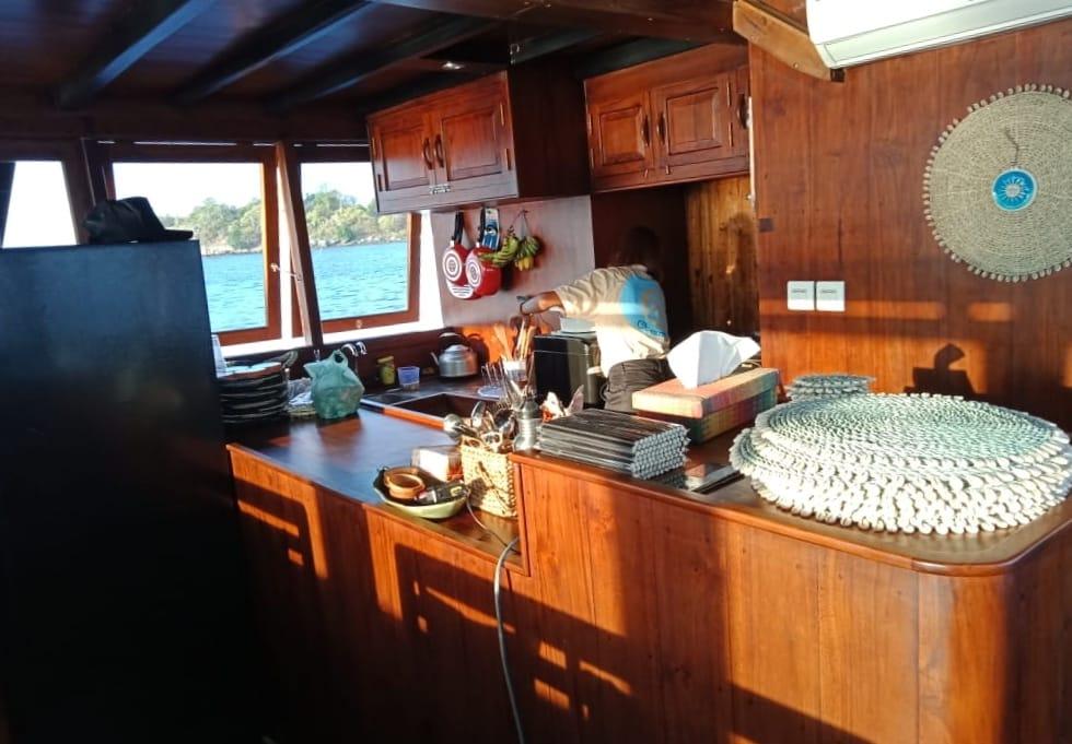 phinisi oceanus boat komodo, rental phinisi oceanus bajo, tarif sewa km oceanus 2019, rental kapal phinisi labuan bajo, lob labuan bajo, sailing komodo phinisi, open trip phinisi 2019