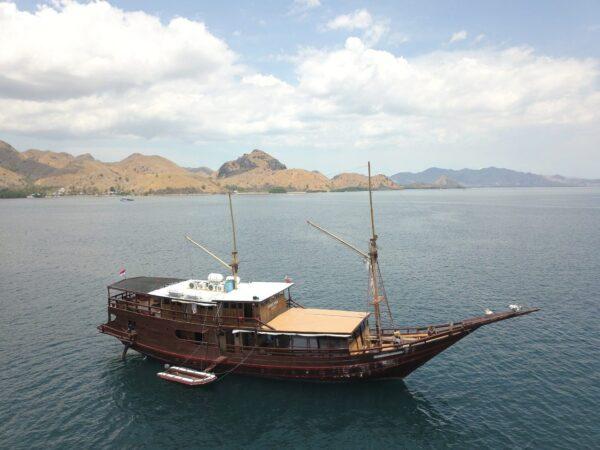 sewa klm kencana bajo, rental kapal komodo, harga sewa phinisi kencana, rental phinisi komodo, komodo boat charter, phinisi kencana labuan bajo.