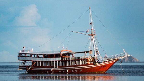 kapal phinisi noah komodo, sewa kapal noah labuan bajo, harga charter phinisi di bajo, biaya sewa private phinisi, sailing komodo phinisi, open trip komodo 2021