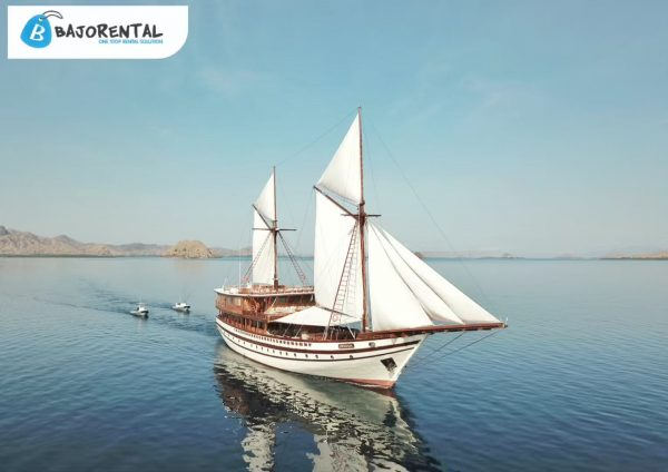 phinisi prana komodo, superyacht rental labuan bajo, komodo boat charter, harga charter kapal prana, luxury phinisi komodo, pricelist sewa prana