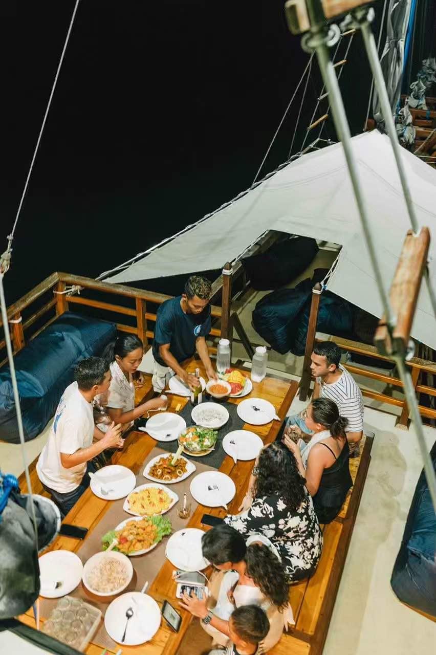 Sewa kapal arua komodo, charter phinisi arua, arua liveaboard, harga sewa kapal di bajo 2021 2022, komodo boat charter, labuan bajo private boat